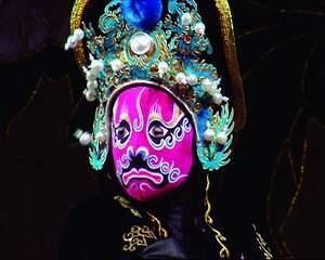 """艺术 变脸 川剧 成都/""""变脸王""""琢磨变脸绝技从学习制作脸谱和衣服开始。"""
