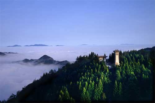 衡山距离衡阳市区约80公里,观后驾车返回衡阳市区,次日游览衡阳回雁峰