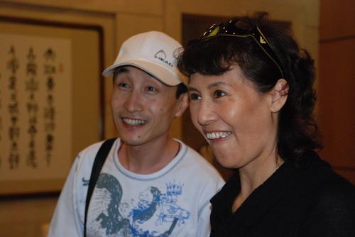 巩汉林和夫人金珠在后场图片
