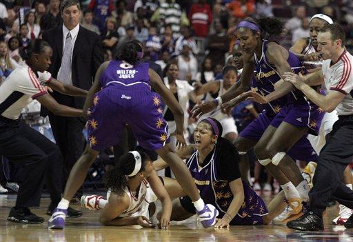 WNBA版群殴巾帼不让须眉女飞人恐步阿泰斯特后尘