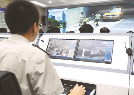 城管人员通过数字化城管系统实施城市管理
