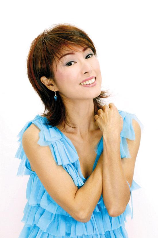戏里的米雪为老公夏雨(右)披婚纱   在香港无线热播剧《家好月圆》里演活了超级奸诈后母角色的米雪,自言演得很过瘾,因为平时不可以对家人、男友、朋友这样坏。其实在现实生活中,53岁的米雪何止对男友尹志强不坏,简直可以说是忠贞不二从1992年起,她就一直不离不弃地陪对方走过16年的抗病之路。   据昨日出版的香港某周刊报道,今年尹志强被发现暴瘦、失声、戴眼罩,身体机能每况愈下,米雪一方面衣不解带地照顾,一方面努力赚钱给男友最好的治疗。向来不看重婚姻的米雪,更悄悄向男友许下终身承诺,让求婚多年