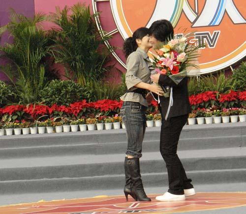 彝族歌手阿木成都献唱 遭美女送抱又强吻