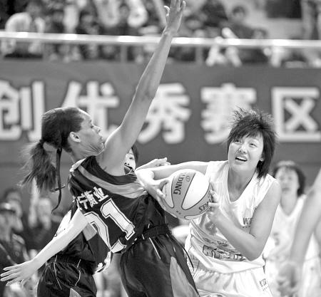 张晓妮(右)在进攻.(李岩宏 摄)