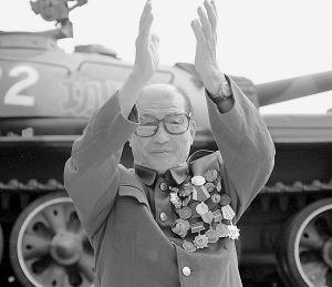1949年国庆阅兵 功臣号 坦克手没顾上看主席 阅兵