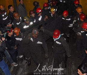 图文:山西屯兰煤矿事故现场被困矿工升井