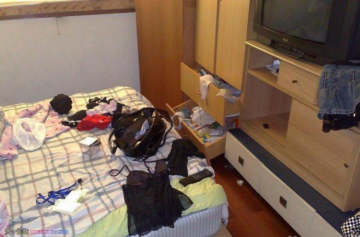 合租女走了,敞开的衬衫留一床房间证件白东西美女照图片