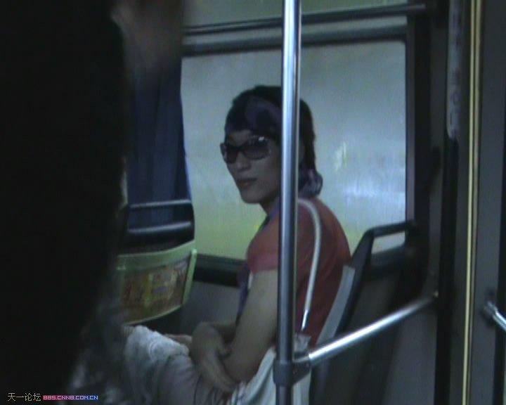 异装癖!公交上男子穿女装