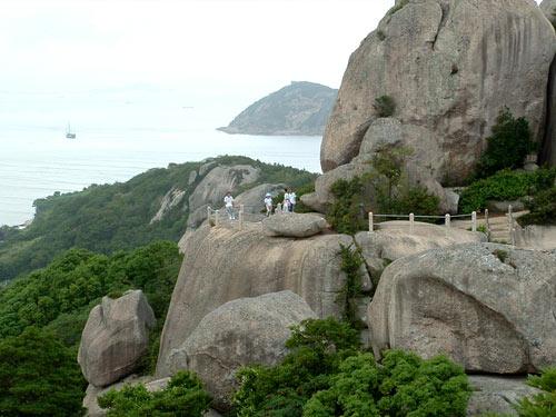 情人岛,海蚀奇观荟萃,涛声风鸣,鸟语花香,是回归自然的浪漫之岛;白山