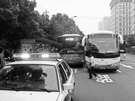 就是这两辆客车的司机在闹事.高清图片