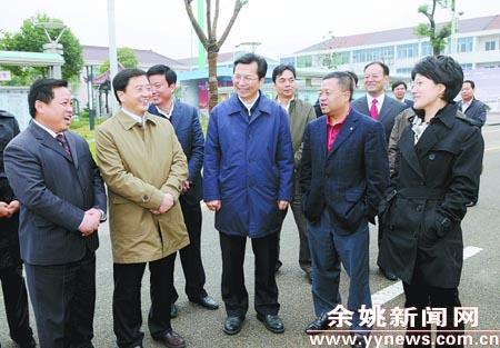 图为重庆市南川区党政代表团一行正在泗门镇谢家路村考察.(陈斌荣摄)