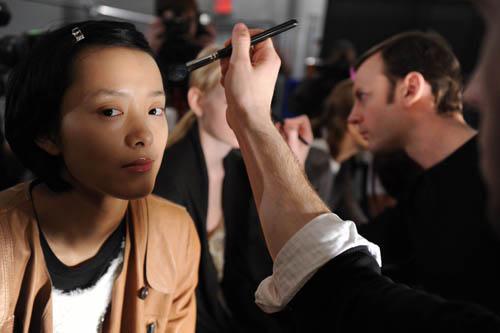 来自中国的国际名模裴蓓在化妆