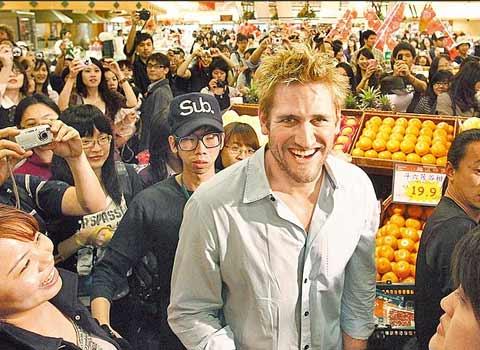 帅哥 史东/柯提斯.史东(Curtis Stone)昨天现身台北超市,近400名粉丝挤爆...