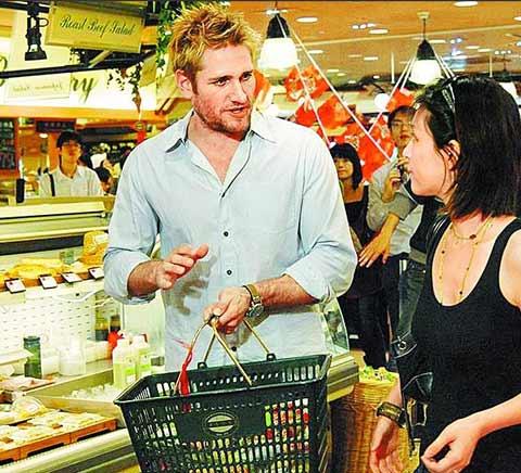 帅哥 史东/柯提斯.史东(左)挑中家庭主妇Lydia一起购物。
