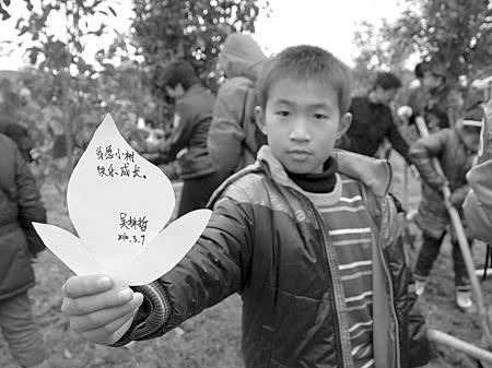 小环保志愿者在接力行动现场许愿.(易 鹤 摄)