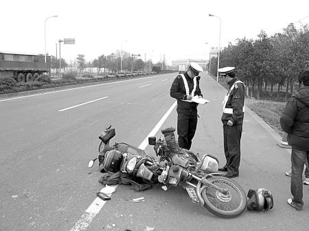 61省道发生摩托车和电动车相撞事故-电动车,摩