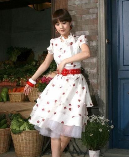 图案 春日/点点的草莓图案搭配其中带来浓浓的春日风情