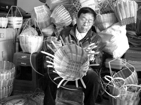 看到大家拎着自己编织的篮子走在去菜市场的路上,王大伯很开心.