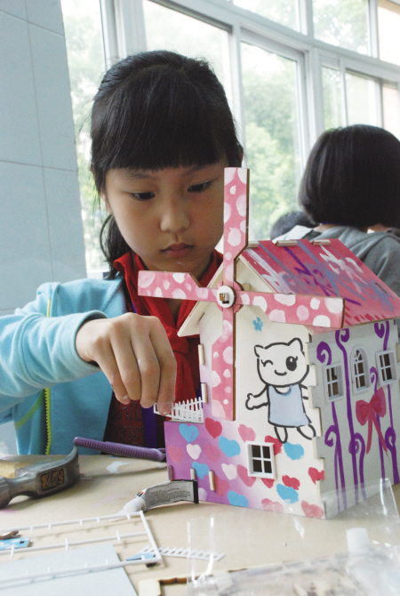 """大家动手设计自己心目中的家园——""""缤纷童年""""涂装木屋模型和""""绿野"""