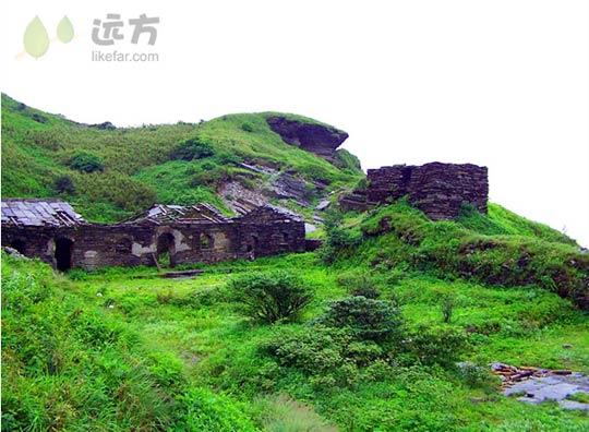 贵州 梵净山/梵净山上荒废的寺庙遗址...