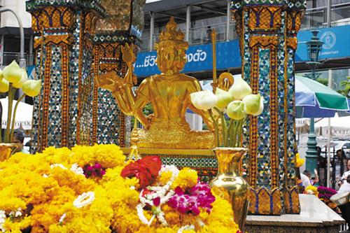 曼谷 泰国/佛性和浓妆 泰国的两张面孔...