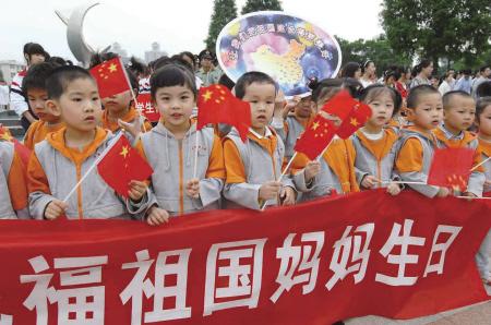 宁波高塘幼儿园小朋友打出了庆祝条幅