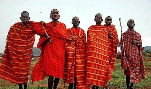 东非草原上偏爱红色的马赛人