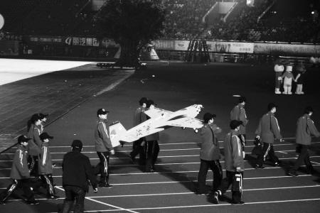 省体育大会昨天开幕 宁波代表团抬着飞机入场