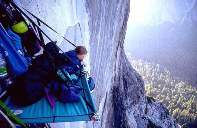 户外 牛人 在悬崖上/命悬一线睡在悬崖上的牛人(组图)...