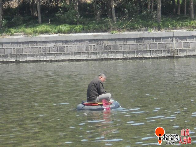 姜太公独坐轮胎小船网鱼--中国宁波网-i拍的