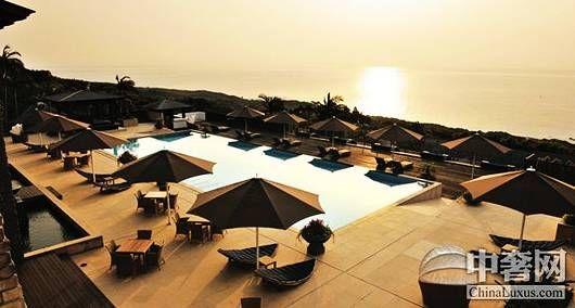 日本 南部/在日本南部海岛的雪松林中,神奇的色彩笼罩着这家酒店