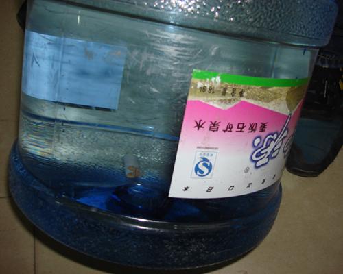 石源桶装水里现烟蒂