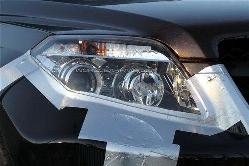 奔驰glk换用了怀挡设计,方向盘的按键由原来的圆形变为了方形高清图片