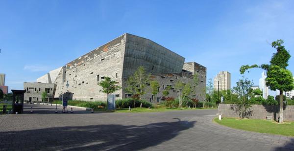 早晨,蓝天无云,瓦蓝瓦蓝的天空配上宁波博物馆墙体的混色,显得非常之