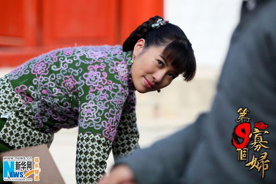 《第九个寡妇》激吻剧照 叶璇李东学情爱缠绵