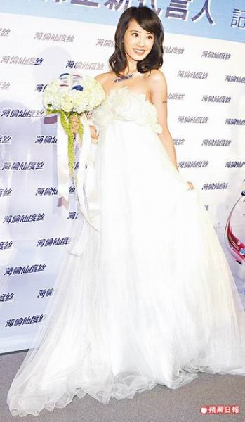 蔡依林曾为代言活动穿婚纱,但31岁的她似乎离结婚还很遥远.-锦荣