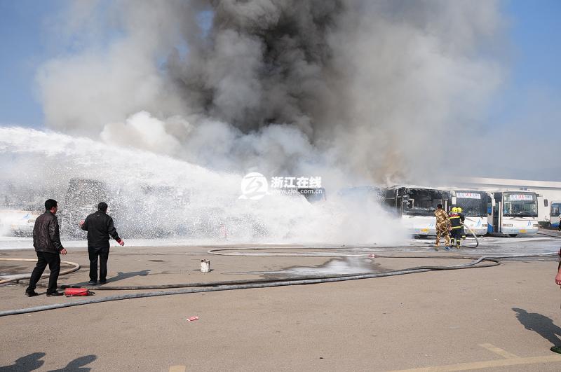 温州一停车场8辆21路公交车起火