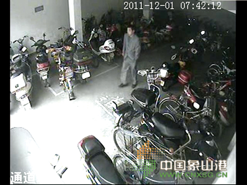 网友视频曝光小偷盗窃电动车全过程