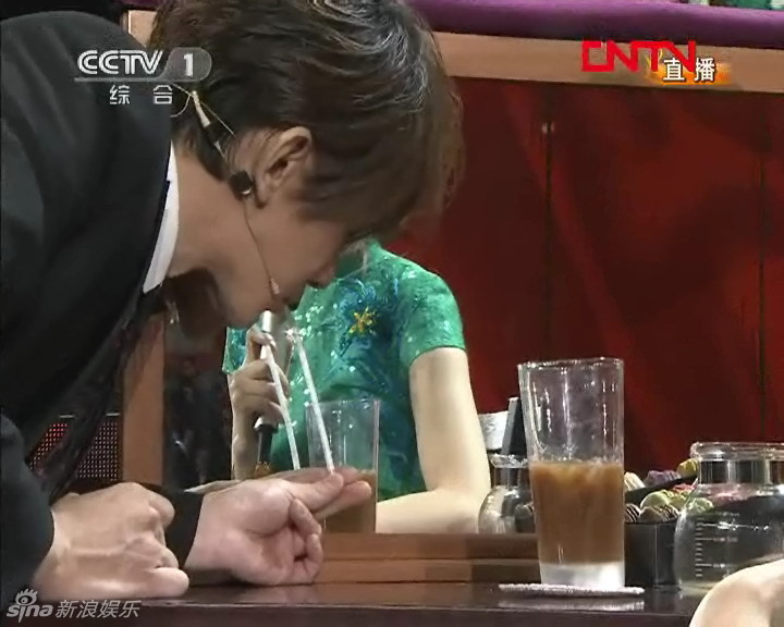 刘谦再登春晚舞台搭档董卿演魔术图片