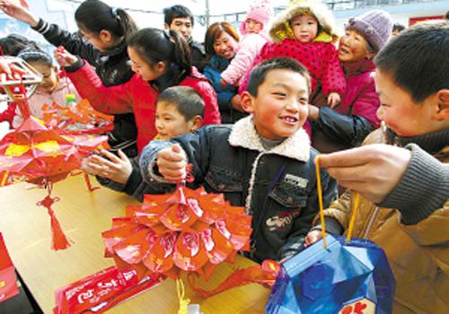 孩子们用饮料瓶,包装纸,糖果盒等废旧物品制作出造型各异的元宵花灯图片