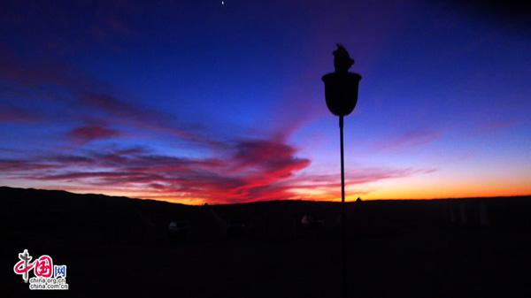 落日的光晕涂抹天空的云彩,整个 倚在藤椅上仰望天空,我才知道什