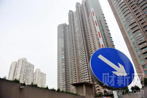张向阳/2010年11月21日,上海,楼盘和交通标识牌。张向阳/CFP