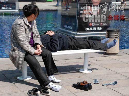 天一女生两人脱鞋予以行人纷纷睡觉指责身高对照表广场标准图片
