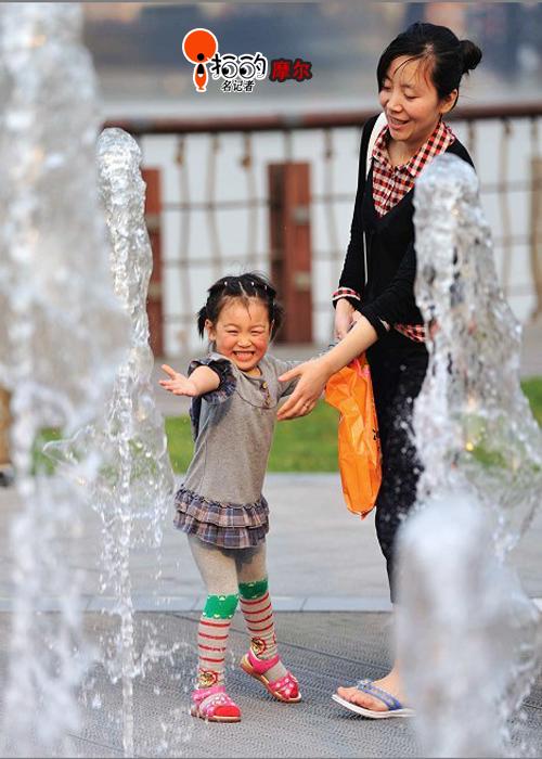 可爱 清凉/可爱小女孩在妈妈带领下玩喷泉