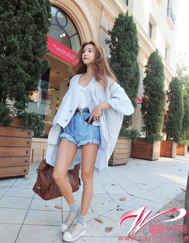 白色棉t搭配复古宽松牛仔短裤,淡蓝色不规则剪裁开衫很是独特
