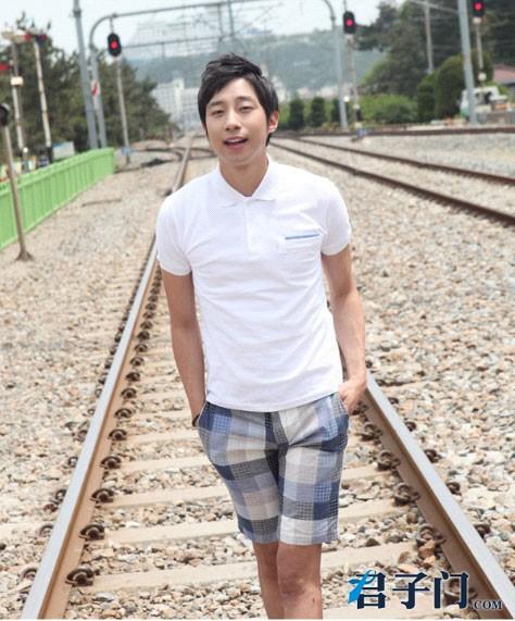 夏季男生短裤搭配 美女夏季短裤搭配