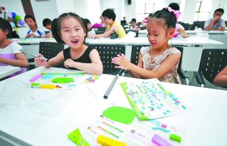 孩子们在用软陶制作笔筒.记者 崔引 摄