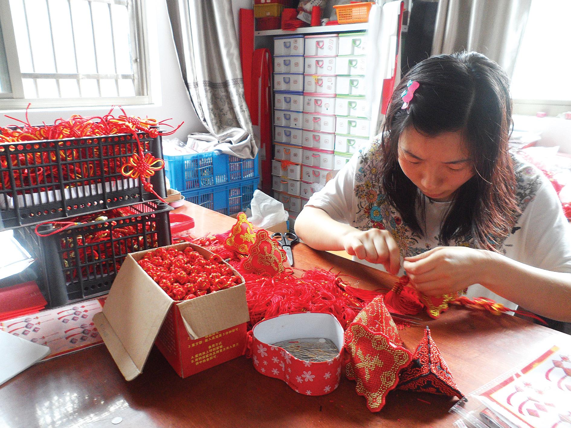 李艳在家加工十字绣车挂件