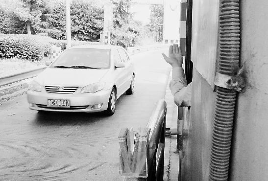 杭州入城口的德胜收费站 9名司机直接冲栏杆入城