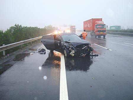 图为车祸现场.(陈亮 沈增波 摄)-汽车撞护栏 司机飞窗外
